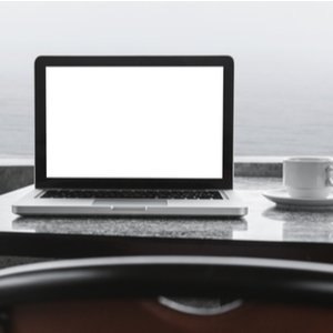 macbook neben kaffeetasse